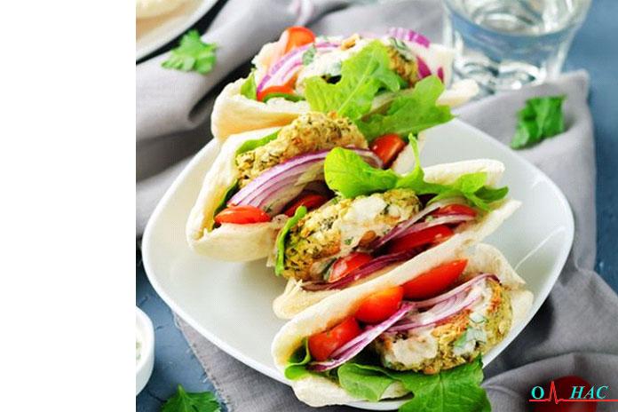 Обед бутерброд с фалафелем и бургером с фета-йогуртовым соусом