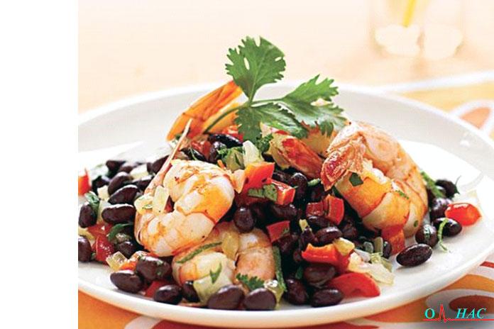 Ужин: обжаренные креветки в салате из чёрной фасоли