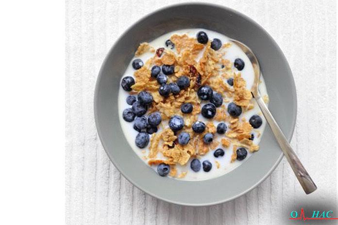 Завтрак хлопья с высоким содержанием белка и ягодами
